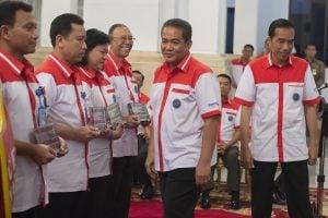 Presiden Joko Widodo (kanan) didampingi Kepala BNN Komjen Pol. Anang Iskandar (kedua kanan) berjalan seusai menyerahkan penghargaan kepada sejumlah pihak yang dinilai berjasa pada acara puncak Peringatan Hari Anti Narkotika Internasional (HANI 2015)-ANTARA.