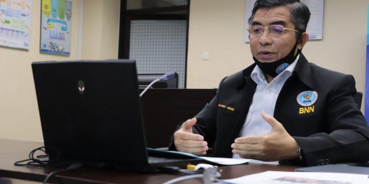 Deputi Pencegahan BNN, Irjen Pol Drs Anjan Pramuka Putra berkesempatan mengisi pertama dalam urutan penyaji seminar online ini.