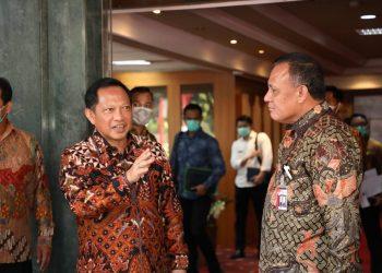 Mendagri Tito Karnavian Berbicang dengan Ketua KPK, Firli Bahuri Dalam Kesempatan Rapat di Kantor Kemendagri Tentang Refokusing dan Realokasi APBD di Kantor Kemendagri, April yang lalu.