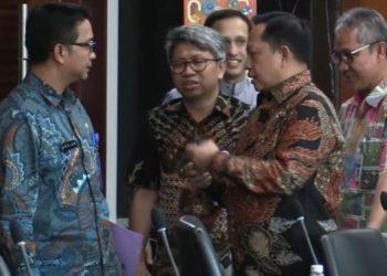 Plt Dirjen Keuangan Daerah Kemendagri, M Ardian Novrianto (kiri) sedang berbincang dengan Menteri Dalam Negeri RI, Muhammad Tito Karnavian.