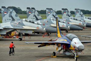 Seorang personel TNI AU mengayuh sepeda di dekat sejumlah pesawat jet tempur yang terparkir di Terminal Selatan seusai terbang mengikuti gladi bersih Upacara Peringatan ke-71 Hari TNI AU tahun 2017 di Lanud Halim Perdanakusuma, Jakarta, Jumat (7/4)