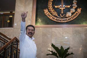 Jaksa Agung ST Burhanuddin mengacungkan jempol seusai memberikan keterangan pers terkait penanganan dan perkembangan penyidikan dugaan tindak pidana korupsi PT Asuransi Jiwasraya (Persero) di Gedung Kejaksaan Agung, Jakarta, Rabu (18/12/2019).